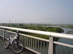 加古川に架かる明姫幹線(=国道250号)の橋の西行き車線歩道より南東方面へ向けて撮影。